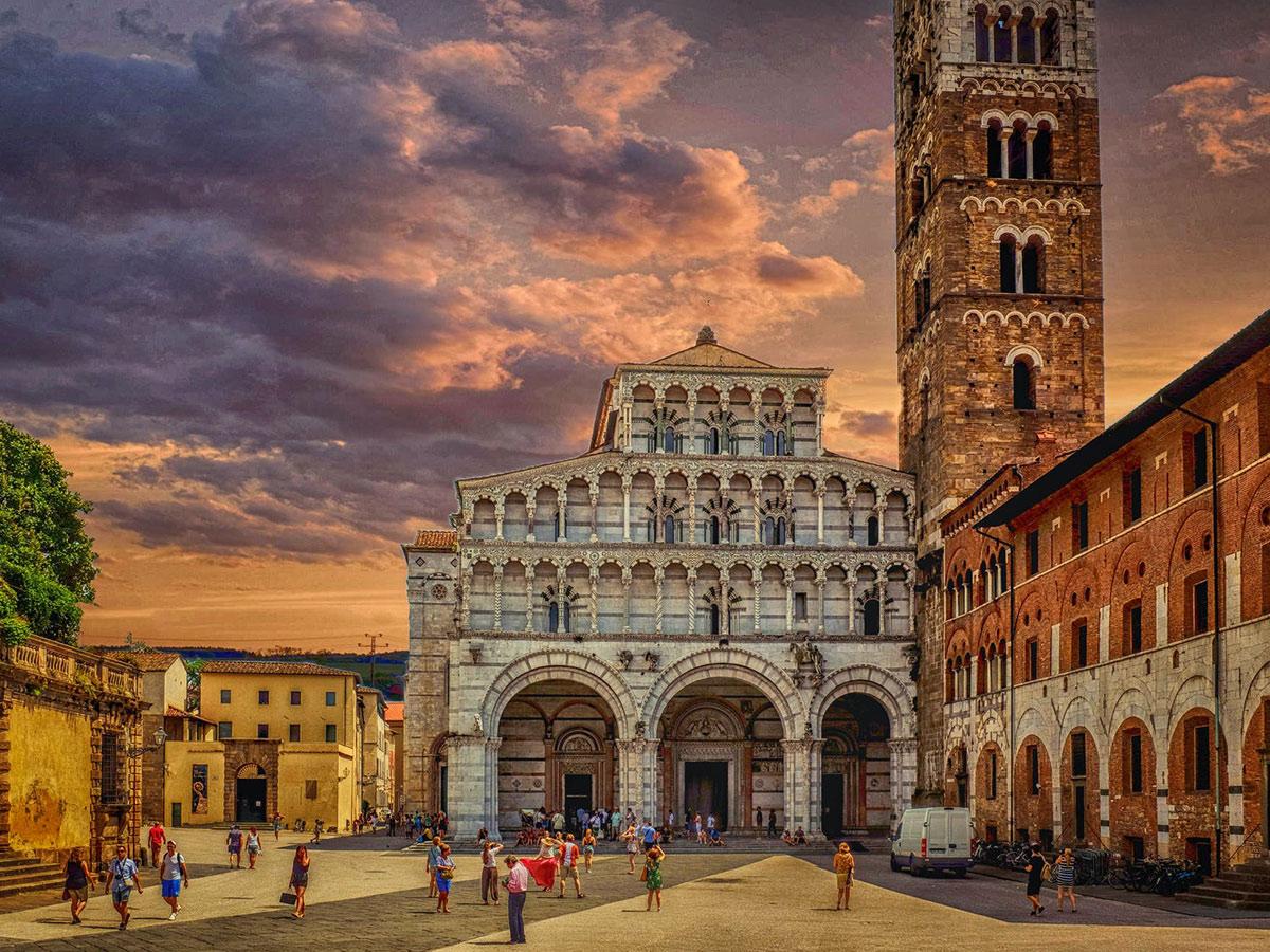 Ore 09.00  Arrivo a Lucca e Tour Guidato