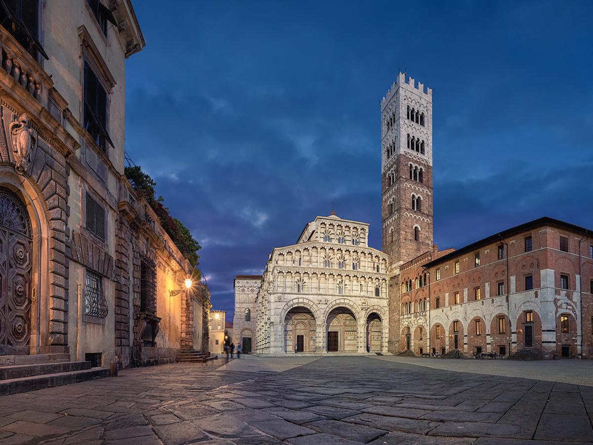 """Giorno 2 - Relax al Bagno Bocelli """"Alpemare"""" a Forte dei Marmi, Visita Guidata di Lucca di Notte"""