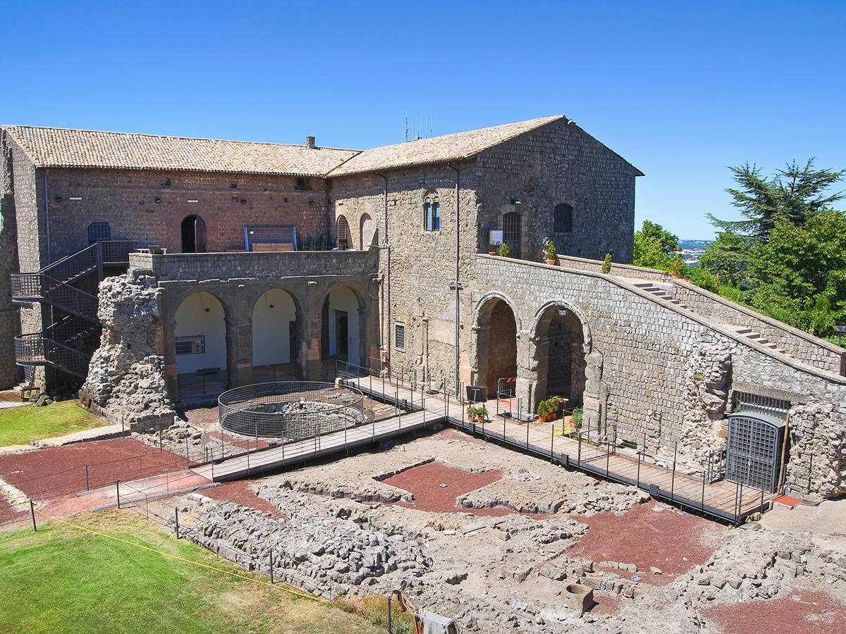 Ore 11.30 Arrivo Montefiascone e visita audioguidata alla Rocca dei Papi