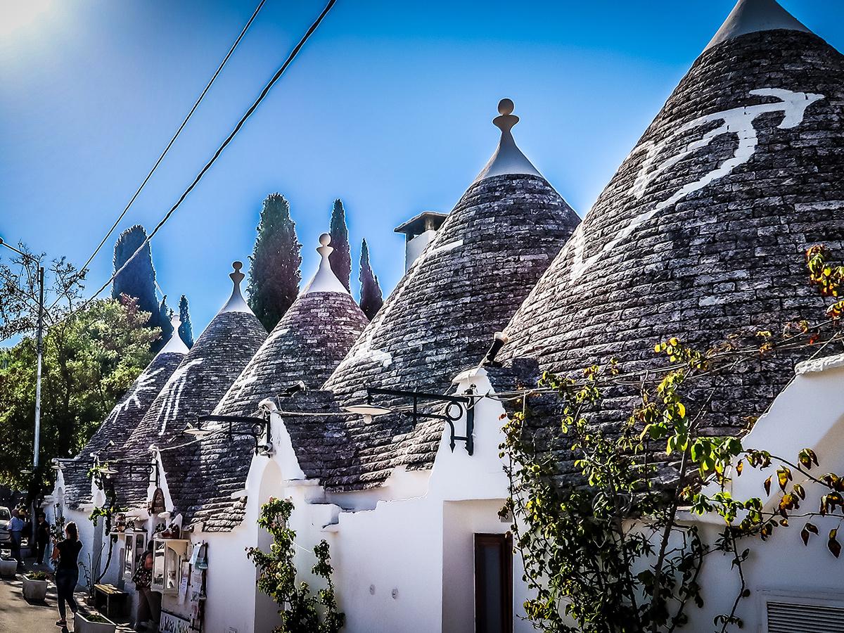 Giorno 6 - Visita di Locorotondo, di Alberobello La Capitale dei Trulli con possibilità di visita guidata delle Grotte di Castellana nel pomeriggio