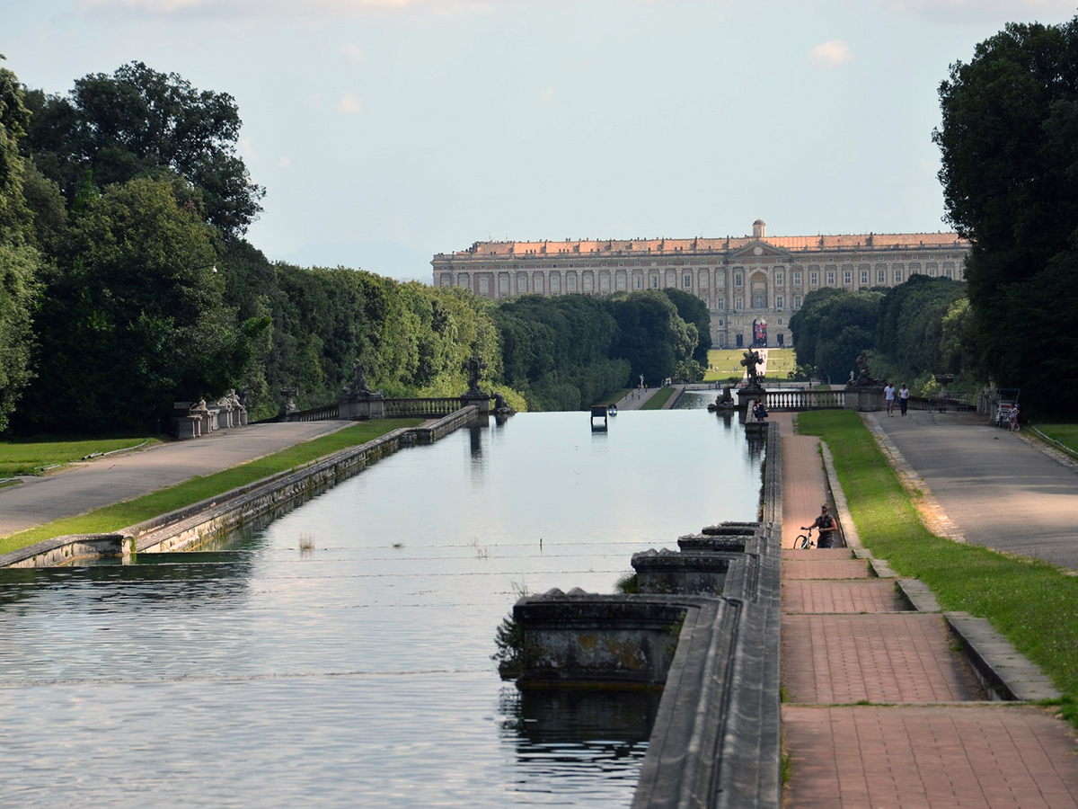 Giorno 1 - Transfer da Roma a Bari con stop alla Reggia di Caserta per visita guidata & Cena di benvenuto a Bari