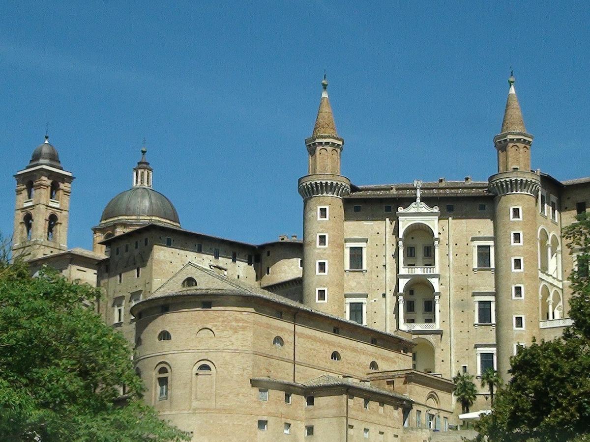 Giorno 1 - Sabato - Partenza dalla Toscana con stop a Urbino e trasferimento in Hotel