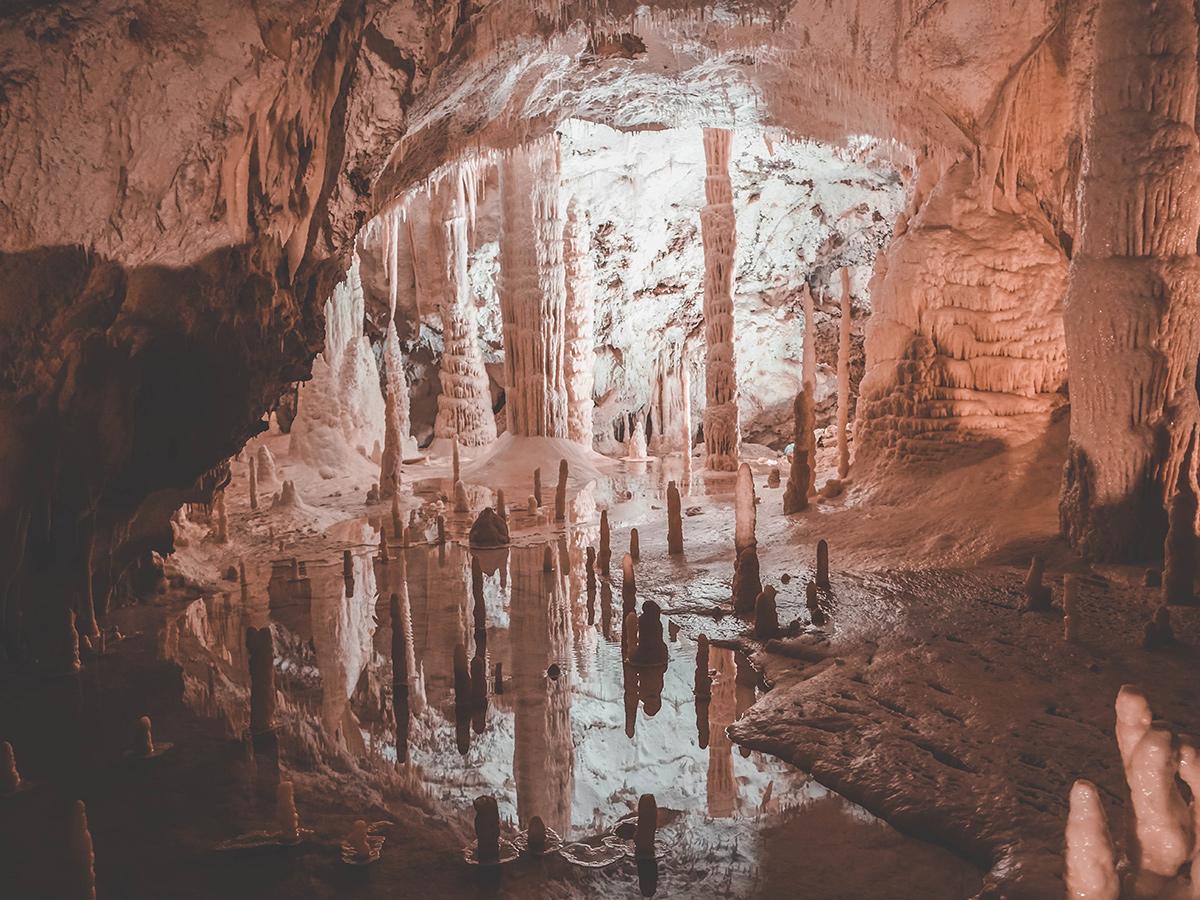 Giorno 4 - Martedì - Visita Guidata delle Grotte di Frasassi e passeggiata a Fabriano