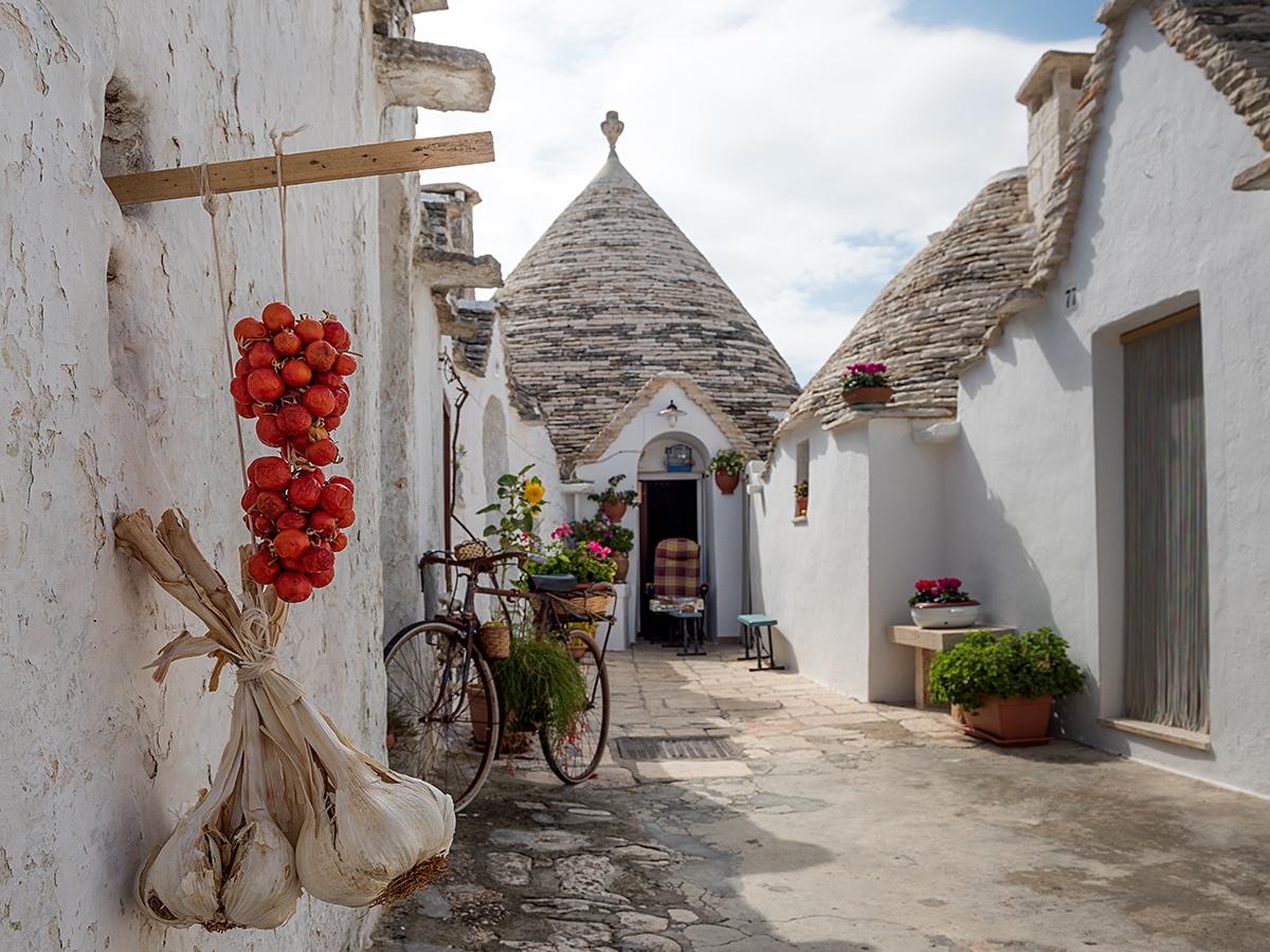 Giorno 6 - Visita di Locorotondo, di Alberobello La Capitale dei Trulli e Tour Guidato delle Grotte di Castellana nel pomeriggio