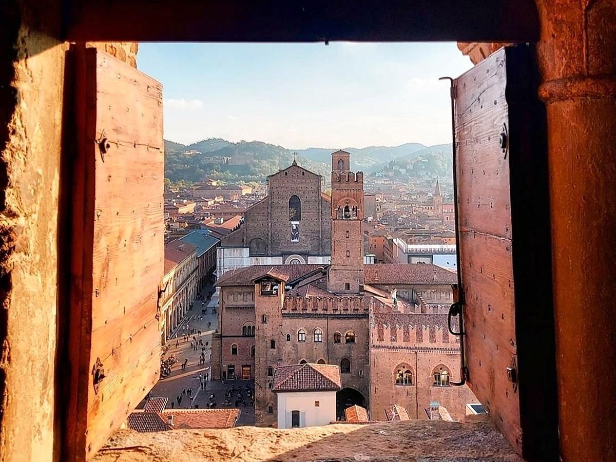 Giorno 1 Trasferimento dalla tua abitazione in Toscana a Bologna. , Check in hotel