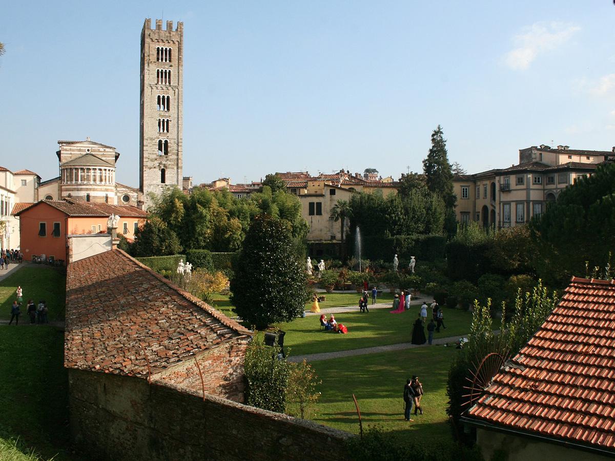 Giorno 2 - I luoghi di Puccini, Tour di Lucca, Torre del Lago e Visita di Pietrasanta